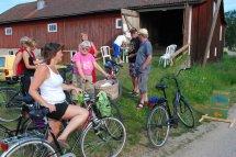 Ulla-Britt Nordmans får sin cykel-lott av Seth Roos vid kontrollen. Det var Ulla-Britts farfar, Skräddar-Per, som startade cyklingen för 40 år sedan. T v Elisabeth Ringsbacka och Elis Roos.