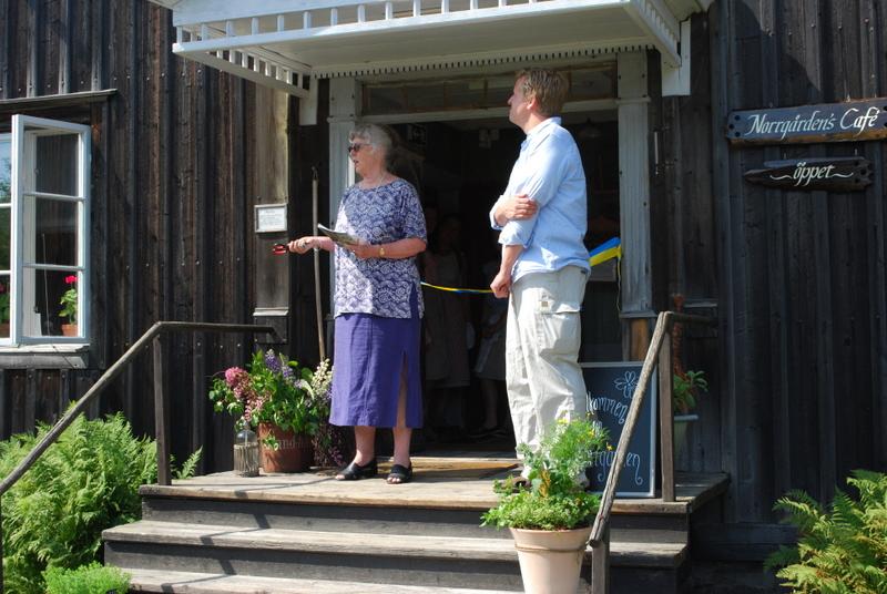Christina Tylöskog och Per Lejoneke på trappan till Norrgården hjälptes åt att inviga det nya besökscentret för Hälsingegårdar.