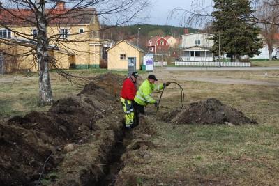 Området ska inte bara snyggas till det behövs elektricitet också så därför grävs jordkabel ned.
