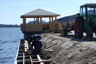 Andra ägnade sig åt att snickra färdig båtbryggan vid piren.