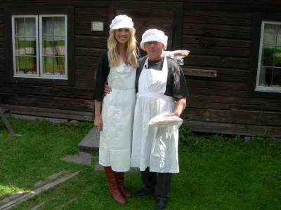 Elin Kling och Willy Björkman trivdes i bagarkläder och i Västerby.Tunnbrödet tog de med sig till Vargas vildmarkscamp där de skulle titta på och filma björn.