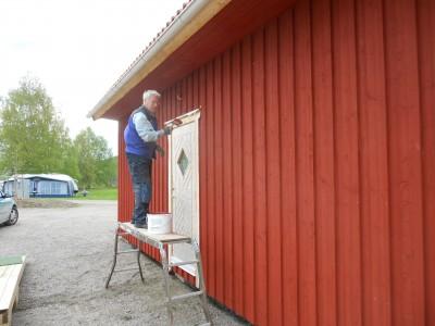 Leif Elmik engagerar sig för Rengsjös framtid. Inte bara som målare av campingstugan utan nu också som brevskrivare om lanthandeln.