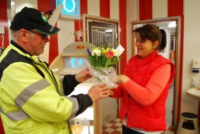 Ingvar Ingeroth från Rengsjö Framtid överrräcker blommor och önskar Lilian lycka till.