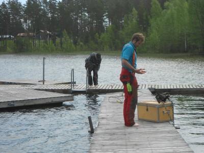 Två man från kommunens fritidskontor arbetar nu med att försöka få bryggor och badplats i ordning inför sommaren.
