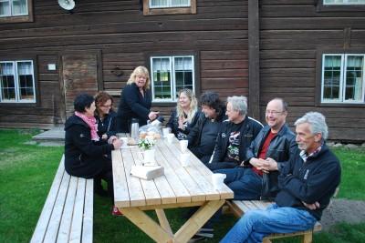 Ingmarie Antonsson serverar de första gästerna i Västerbys kvällscafé.
