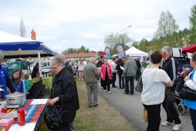 Så här brukar det se ut på Rengsjös vårmarknad. Mycket folk och livlig kommers.