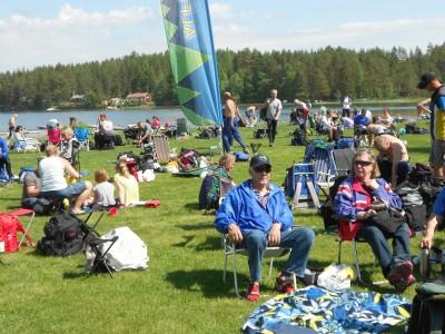 Omkring 300 orienterare, elit och motionärer, trängdes i sommarvärmen vid Skidtjärnsbadet.