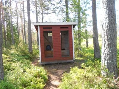 Eftersom besökare använt damtoalettens dörrar som grillved måste kommunen nu köra ut en bajamaja till badet.