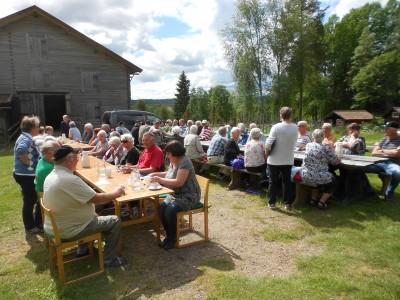 Vid långborden utanför logen och i strålande solsken bänkade sig ett 60-tal glada pensionärer.  Det är häftigt att vara pensionär i Rengsjö en sådan här dag!
