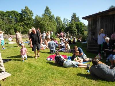 Många passade på att njuta av det vackra vädret i hembygdsbyns gröngräs.