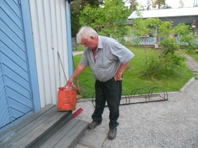 Tord Jernberg visar bränsledunken som hittades fylld med en dieseldoftande vätska på Skidtjärns botten.
