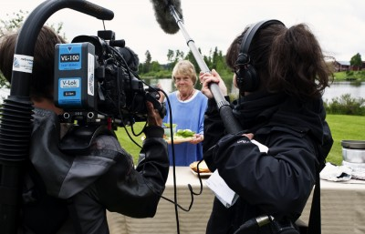 Berit Wahl, välkänd matproducent från Rengsjö, fick applåder när hon dukade upp och pratade för sin mat inför tv-kameran. Foto: Daniel Bernstål