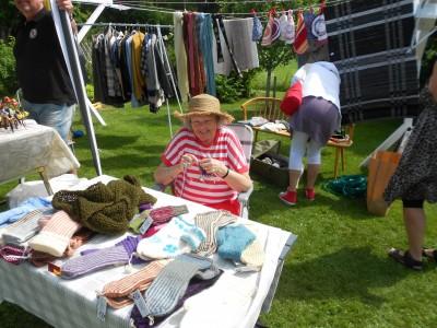Agneta Falk från Bollnäs, som är blind, passade på att sticka vantar inför vintern och de sålde bra trots sommarvärmen.