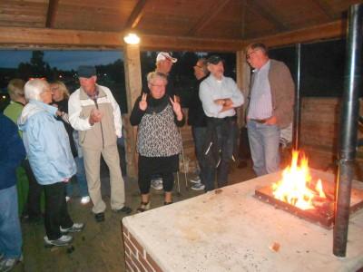 I grillstugans eldsken och goa värme samlades man sedan i små grupper till intressant eftersnack.