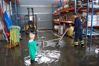 Räddningstjänsten måste också länspumpa inne i Termaps lagerlokaler.