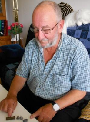 Allan Mickelsson  med kulorna från sin första älgjakt för över 60 år sedan.