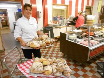 Lilian Edström bjuder på nybakat bröd dagligen men ändå har det inte blivit några fler kunder och nu är butiken i ekonomisk kris.