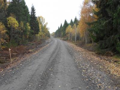 Borta är den knöliga asfalten och istället löper den nya grusvägen jämn och fin förbi Broddböle.