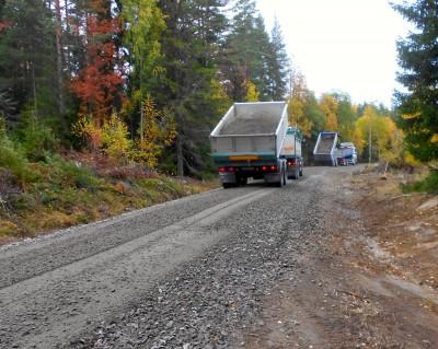 Grusbilarna har gått i skytteltrafik och när vägen snart är klar har 336 sådana här gruslass lagts på.