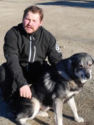 Danne Persson med en av sina jaktkompisar, älghunden Viitas.