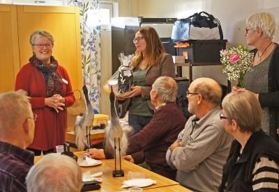 Riina Mast som varit projektledare avtackades av primärvårdschefen Gunilla Rundberg när Rengsjöprojektet avslutades på måndagen. Foto: Allan Olsson