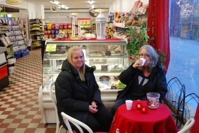 """Barbro Fredricson och dottern Maria """"Myran"""" Kraft låter sig bjudas på  kaffe i butikens lilla konditorihörna."""