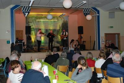 Intresset för folkmusik är tydligen stort i Rengsjö och sådana här framträdanden ser vi gärna mera av.
