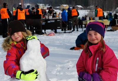 Skotrar och fiskdamm till trots hjälper inte när det finns härlig ny kramsnö tycker 6-åringarna Agnes Lintse och Selma Skoglund.