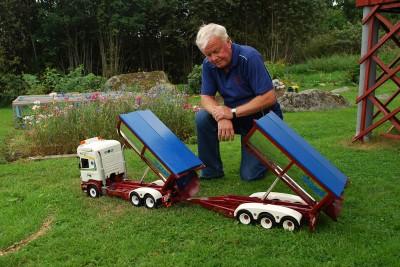 Roger Thyr med en av sina egenhändigt byggda modellbilar i trä. Nu visar han upp dem under Öppet Hus-dagen i maj.