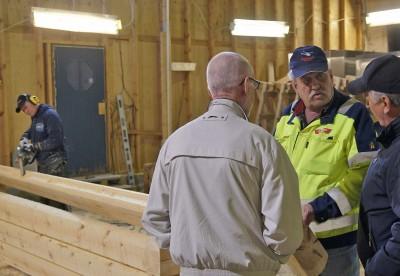 Karl-Gunnar Backan hade sin timmerhustillverkning öppen och visade hur det går till att timra.