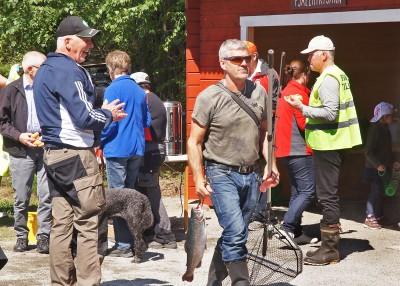En lycklig man med en rejäl regnbåge i näven och han var inte ensam invigningsdagen. Ett 50-tal fiskar drogs upp till allas belåtenhet. Bilder: Allan Olsson