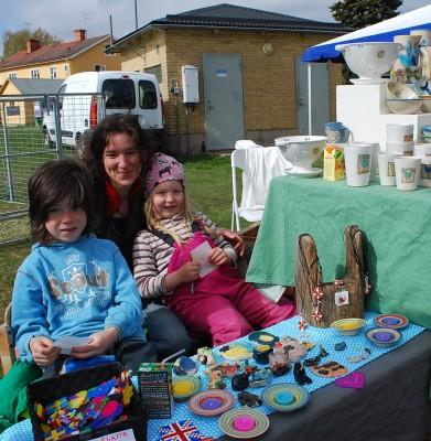 Keramikern Katja Eder från Långhed fick hjälp med försäljningen av barnen Selma och Mattis.