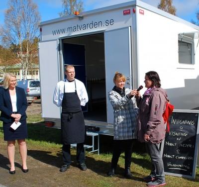Mediavärdens båda matvagnar invigdes och här intervjuar Ylva Olovsson de två första hyresgästerna. Tv Anette Jonsäll som klippte bandet tillsammans med Karin Ånöstam.