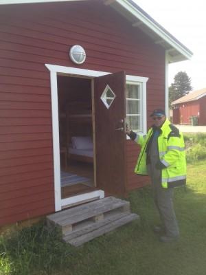 Campingvärden Ingvar Ingeroth öppnar upp den lilla campingstugan som nu står bäddad och klar att hyra.