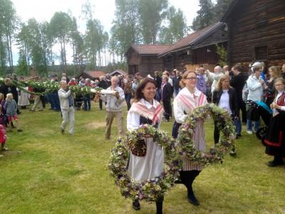 Trots snålblåsten och den kyliga temperaturen hade många sökt sig till Västerby för att fira midsommar.