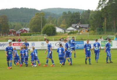 """Det var som inför en landskamp när Rengsjös knattar fick tåga in till a-lagets match hållandes de """"stora"""" spelarna i hand."""