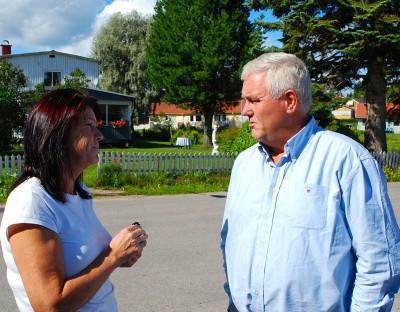 Lilian Edström samtalar med riksdagsman Anders W.Jonsson om de problem som glesbygdshandeln brottas med och han lovade att hjälpa till så gott han kan.