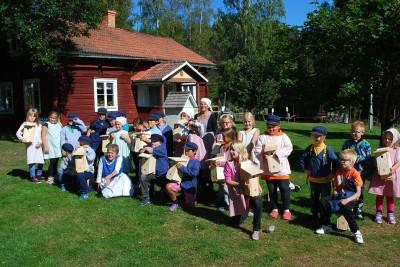 Många glada barn på besök i Västerby har gett en stabilare ekonomi till hembygdsföreningen.
