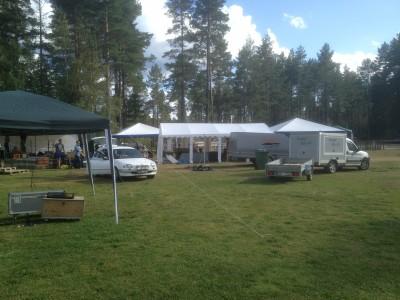 Festivaltälten monterades upp under fredagseftermiddagen och får trängas med badgästerna under helgen.