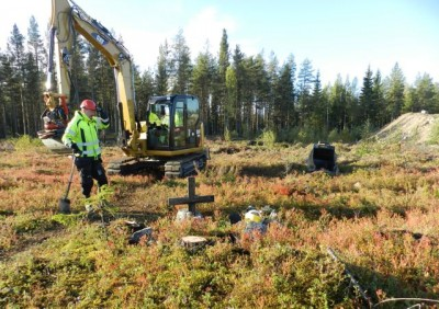 På måndagen grävdes graven upp med hjälp av grävmaskin och folk från länsstyrelsen och länsmuseet bl a. Foto: Mikael Edström