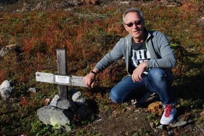 Förre rengsjöbon Tommy Gunnarsson gjorde korset som utmärkt gravplatsen för många år sedan. I förra veckan besökte han platsen sedan han hört att graven var hotad av stenbrottets utvidgning.