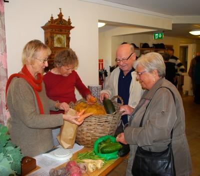 Inga-Lena och Ingeborg hade gott om kunder i sitt grönsaksstånd. Här är det Sigfrid Larsson med sambon Marianne som handlar.
