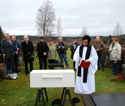 Kyrkoherde Lena Vängmark  såg till att bonden Anders Olsson kom i vigd jord 182 år efter sin avrättning. I bakgrunden flera av hans nutida ättlingar.