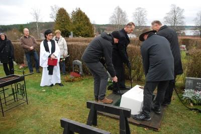 Kistan med kvarlevorna efter Anders Olsson sänks ned i graven på Rengsjö kyrkogård <a class=