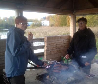 Evelina Oksanen och Annica Morin uthärdar gärna grillröken bara de får komma till grillstugan i Sedwallsparken.