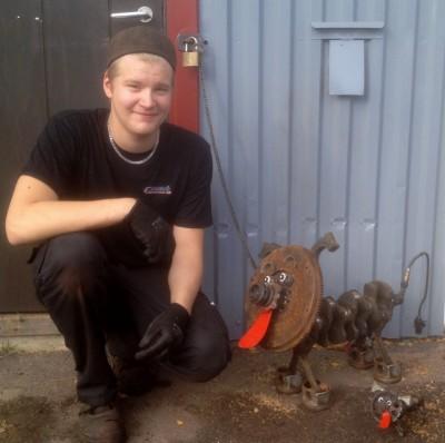 Andreas Hedebrink med sina bildels-hundar utanför Rengsjö Bilservice.