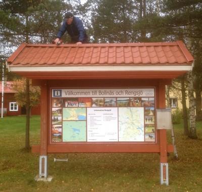 Yngve Dagh på toppen av infotavlan i Glössbo.