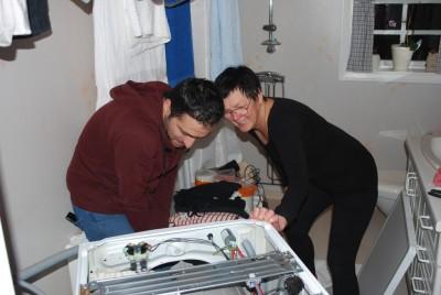 Syriska flyktingen Tarek Al Khatib har blivit som en familjemedlem hos Eva och Göran Bernstål. Här hjälper han Eva med en trasig tvättmaskin eftersom han är utbildad servicetekniker.