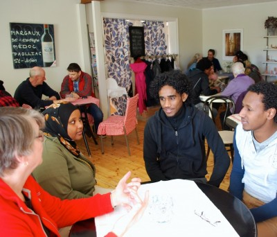 Ett 30-tal flyktingar och ortsbor möttes på det första språk-caféet som nu återkommer en dag i veckan.