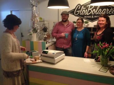 Ägarna till GlösBolagret, Jon, Åsa och Ingela Törnros, hade fullt upp hela dagen och lyckönskningarna var många.